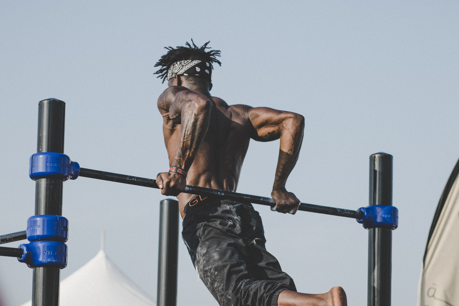 pull up bar callisthenics athlete